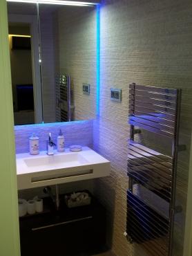 Es un mini baño y aseo, por lo que los elementos y el revestimiento deben ser mas que estudiados.